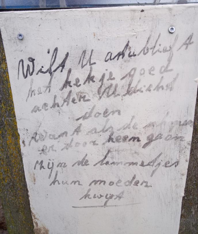 Handgeschreven verzoek om hek te sluiten vanwege lammetjes